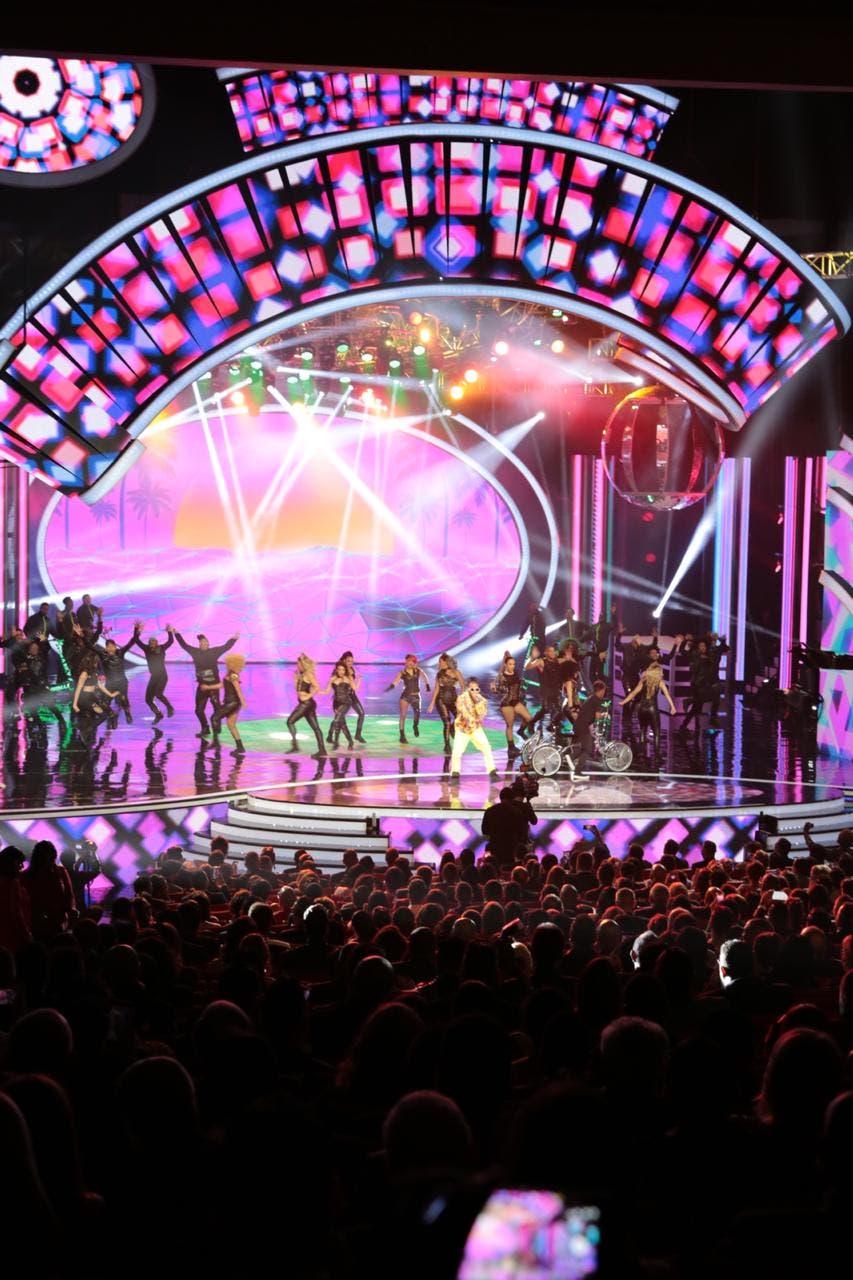 26. El Alfa canta en Premios Soberano