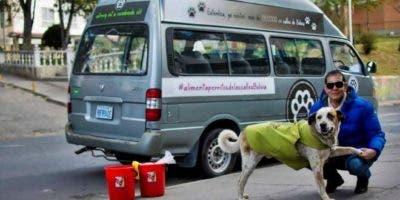 Fernando Kushner dedica varias horas al día a alimentar perros callejeros en La Paz.