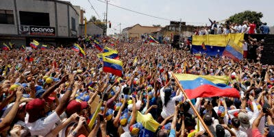 Simpatizantes reciben al líder opositor venezolano Juan Guaidó, quien se autoproclamó presidente encargado de la nación sudamericana, durante una manifestación en Valencia, Venezuela. (AP Foto/Natacha Pisarenko)