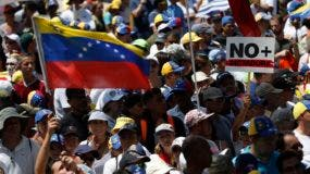 Opositores al presidente Nicolás Maduro se movilizan en Caracas, Venezuela, para recibir a Juan Guaidó.
