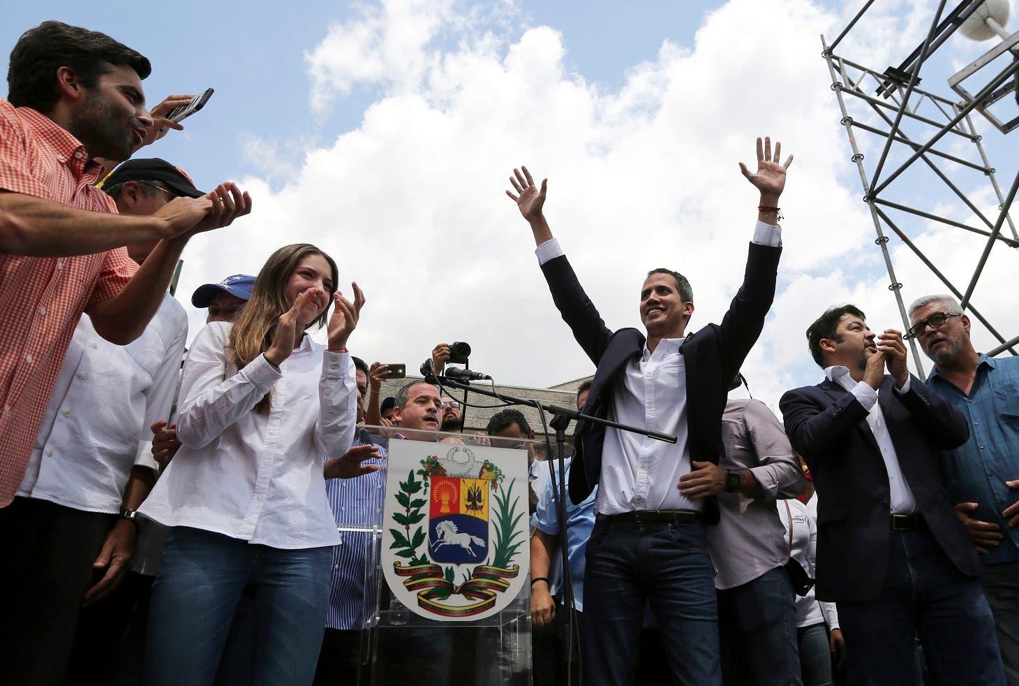 """""""Las Fuerzas Armadas, ¿qué más van a esperar?, ya vieron como más de 700 oficiales están del lado de la Constitución, y por ahí hay unos cínicos que están diciendo que es poco"""", dijo Guaidó ante decenas de simpatizantes,"""