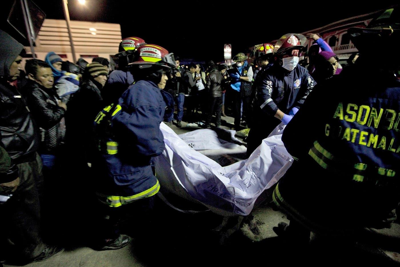 El accidente ocurrió en una carretera oscura cuando un grupo de personas observaba a una persona que había muerto en otro siniestro, indicó el vocero de los Bomberos Municipales Departamentales, Cecilio Chacaj, que en un primer momento reportó que la cifra de fallecidos ascendía a 30.
