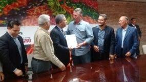 Leonel Fernández habló en un encuentro organizado por la Confederación Nacional de Productores Agropecuarios (CONFENAGRO), en la que se le hizo entrega de las Propuestas de esta entidad sobre Estrategias Nacional de Desarrollo 2020-2030, acto celebrado en la sede de Aproleche, como parte de la Feria Nacional Agropecuaria 2019.