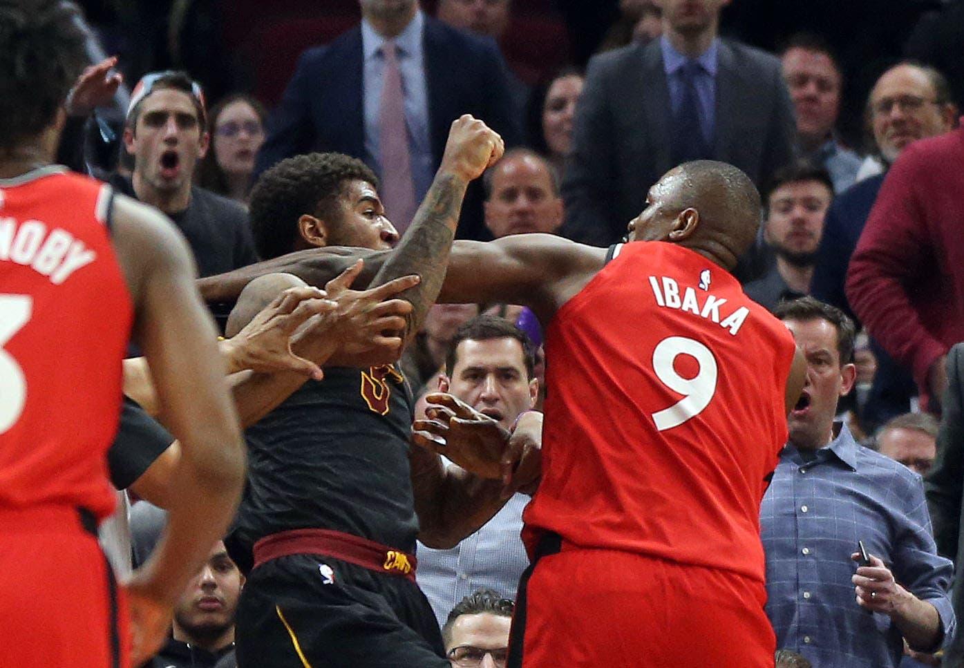 Ibaka y Marquese se enfrentan durante partido de la NBA.