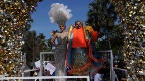 Los reyes del carnaval, Nashla Bogaert Y Frank Perozo encabezan el desfile.