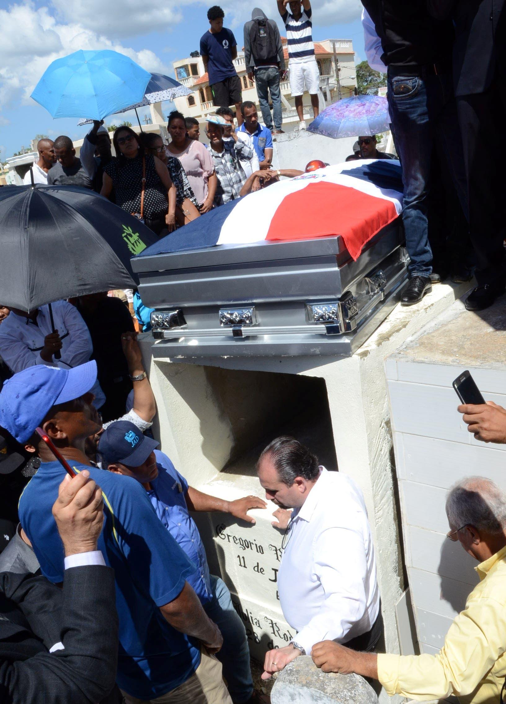 14. Los restos del compositor fueron sepultados en un humilde nicho  en el cementerio Cristo de los Milagros.