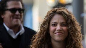 Los cantantes colombianos Shakira, (derecha) y Carlo Vives, detrás, a su llegada a una corte en Madrid.
