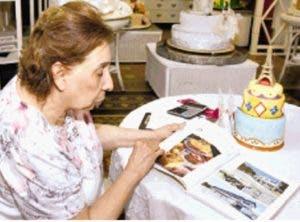 Miriam Gautreaux muestra sus diversas creaciones artísticas.