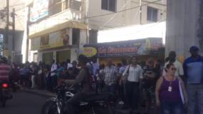 Usuarios del Metro de Santo Domingo hacen largas filas para abordar Metro.
