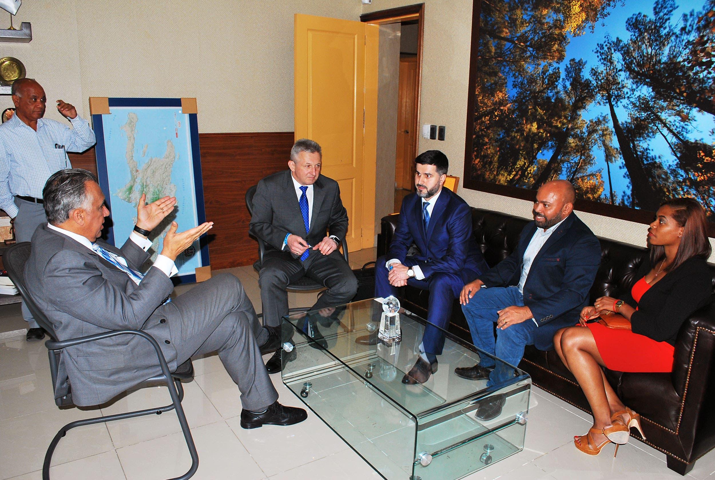 Luisín Mejía recibe representantes de la Federación Internacional de Sambo
