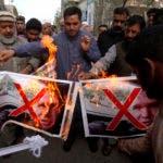 Comerciantes pakistaníes queman fotos de Brenton Harrison Tarrant, uno de los sospechosos en las mezquitas de Christchurch que dispararon durante una manifestación para condenar el ataque a la mezquita, en Peshawar, Pakistán. AP