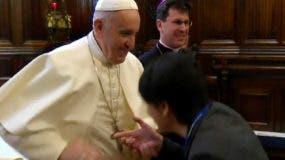 El portavoz del Vaticano Alessandro Gisotti dijo que el pontífice estaba preocupado por la higiene el lunes, cuando tras saludar a docenas de personas en Loreto, comenzó a retirar la mano para evitar que la gente le besara el anillo.