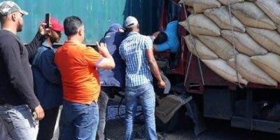 Hasta el momento se desconocen los nombres de las víctimas, quienes viajaban en un camión marca Daihatsu cargado de arroz.