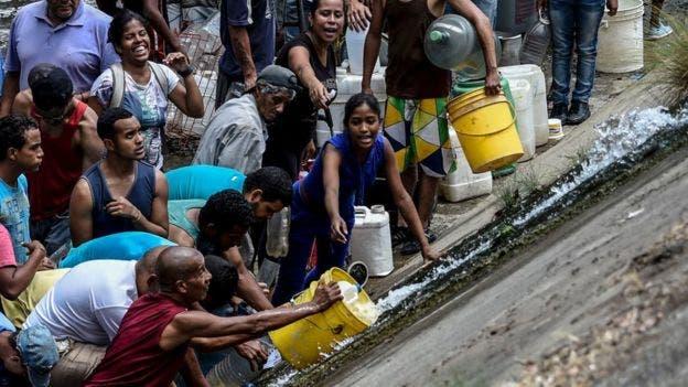 El río Guaire se ha convertido en el destino de muchos caraqueños para lograr agua.