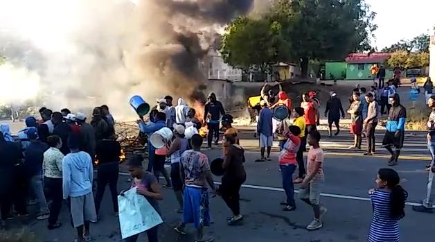 Los manifestantes quemaron neumáticos en la carretera para impedir el tránsito.