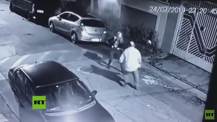 VIDEO: Una policía militar brasileña vestida de civil mata a tiros a un criminal que trataba de robarla