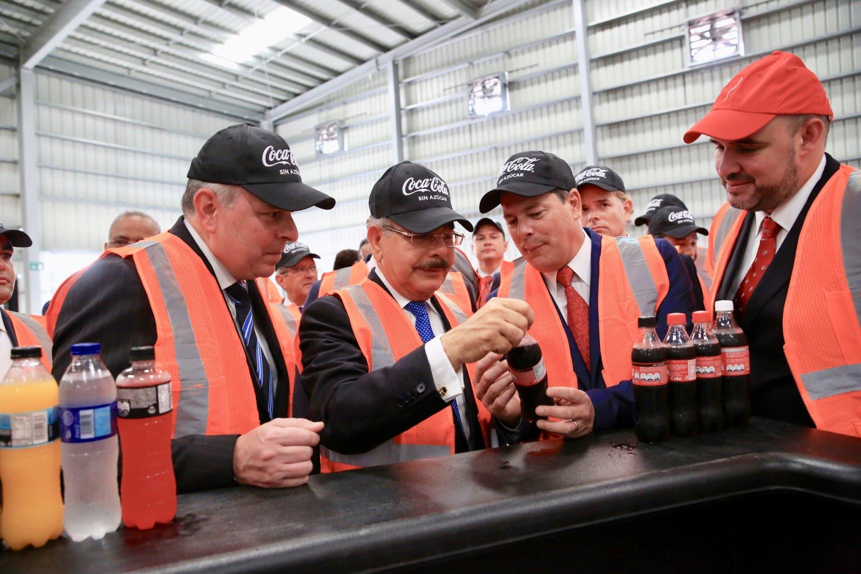 Danilo Medina hizo un i recorrido por la nueva estructura de producción.