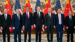 Desde la izquierda, el Representante de Comercio de EE. UU., Jeffrey Gerrish; el Embajador de EE. UU. En China, Terry Branstad; el Secretario del Tesoro de EE. UU., Steven Mnuchin; el Representante de Comercio de EE. UU., Robert Lighthizer; el Viceprimer Ministro de China, Liu He; Yi Gang, gobernador del Banco Popular de China (PBC) y nacional El vicepresidente de la Comisión de Desarrollo y Reforma, Ning Jizhe, posa para una foto grupal en Diaoyutai State Guesthouse en Beijing. AP