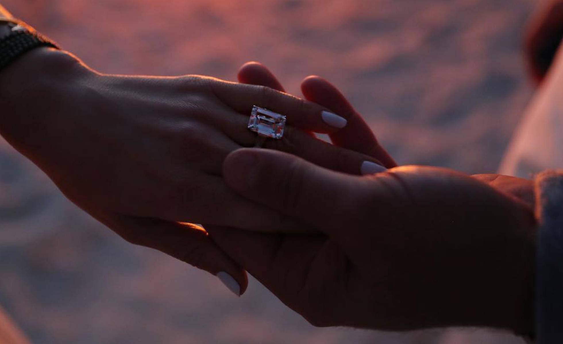 La pareja publicó en Instagram una fotografía de las manos de ambos en las que se ve un anillo de compromiso de gran tamaño en uno de los dedos de la artista.
