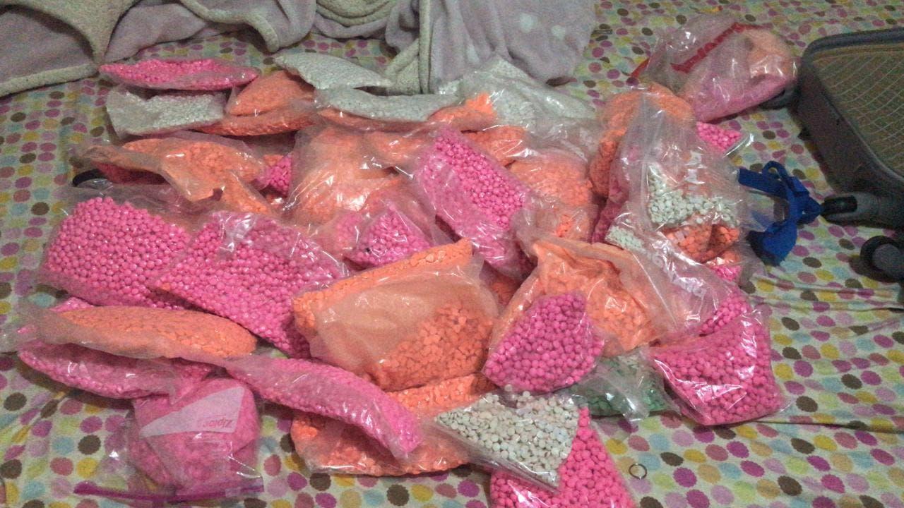 Las pastillas narcóticas fueron localizadas en el interior de una maleta.
