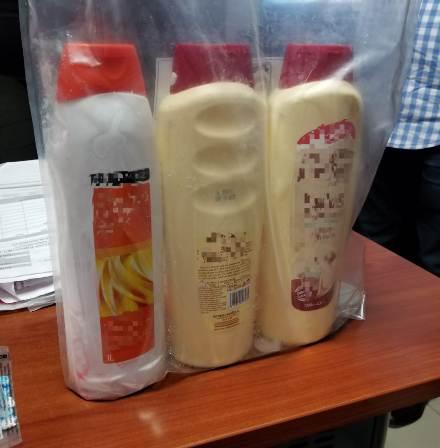 La droga, disuelta en tres potes que simulaban ser productos para el cuidado del cabello, resultó ser cocaína, según el análisis del Instituto Nacional de Ciencias Forenses (INACIF) y tuvo un peso preliminar de tres kilos.