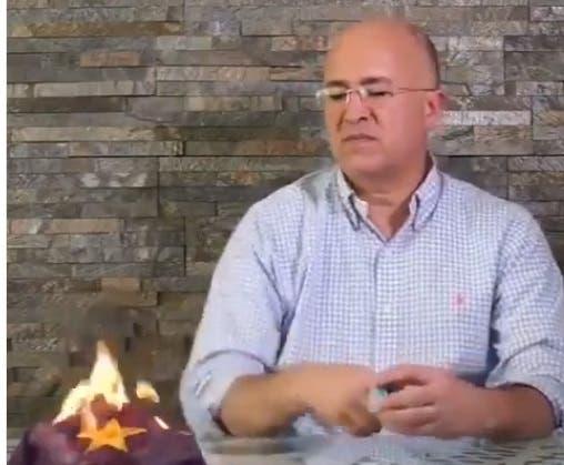 Domínguez Brito quema la gorra en un anuncio.