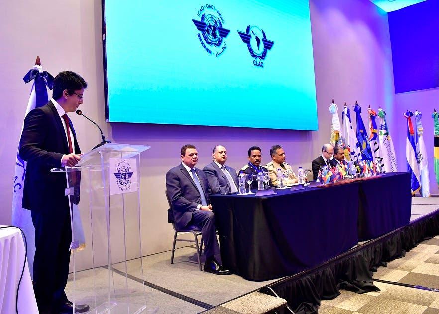 El Ministro de Defensa, teniente general Rubén Darìo Paulino Sem, encabeza el acto de apertura de la 9na reuniòn del Grupo Regional Sobre Seguridad de la Aviación y Facilitación, AVSEC/FAL. Les acompañan el director del CESAC, el Presidente de la JAC, el director del Departamento Aeroportuario, así como la comitiva de la OACI y demás personalidades que participan del evento.