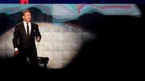 """La prensa panameña destacó este miércoles en primera plana que el llamado """"Sol de México"""" lució una actitud desairada en el escenario, apenas interactuó con el público y se quejó repetidamente del calor y de los presuntos problemas de sonido que había en el centro de convenciones donde se celebró el concierto."""