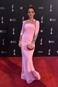 Karina Larrauri viste de Oriette Domenech; estilismo de  Edy Gómez.