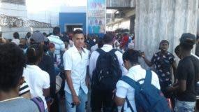 En la estación Mamá Tingó en Villa Mella, Los usuarios del Metro hacían largas filas para poder abordar los trenes.
