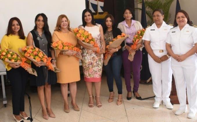 Parte de las damas reconocidas por la Asociación de Esposas de Oficiales de la Armada.