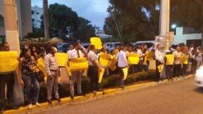 Un grupo de  personas se apostó el pasado lunes frente a la Oficina Presidencial del PLD  para pedir la reelección de Danilo Medina.