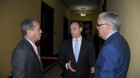 Reinaldo Pared Pérez, Jean Alain Rodríguez y Fran Soto conversan en los pasillos del Palacio Nacional. Foto Nicolás Monegro.