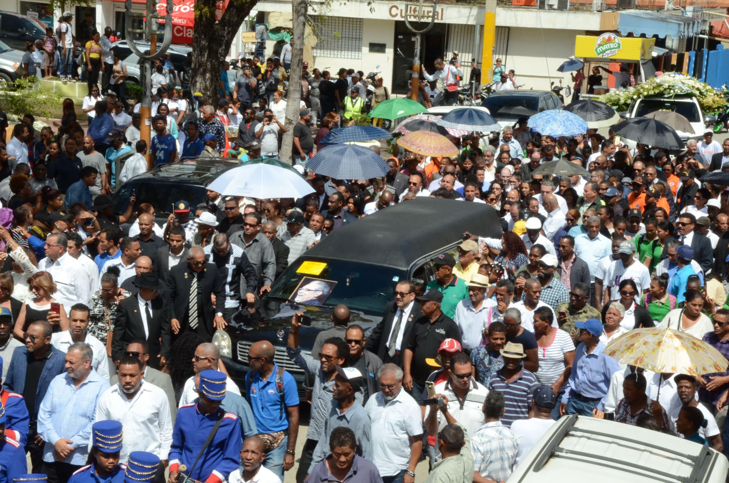 4.  La multitud acompañó a Anthony Ríos hasta su morada final.