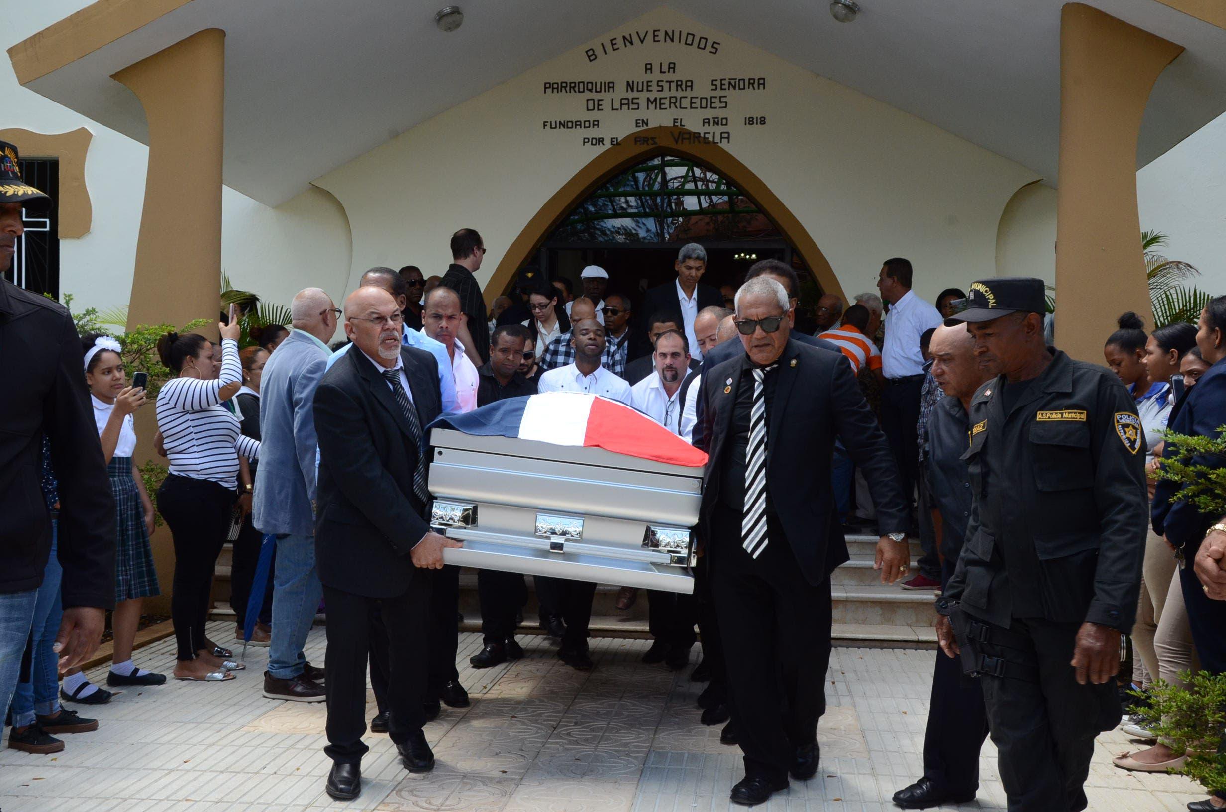 12. Luego de la misa, el cuerpo féretro fue trasladado al cementerio.