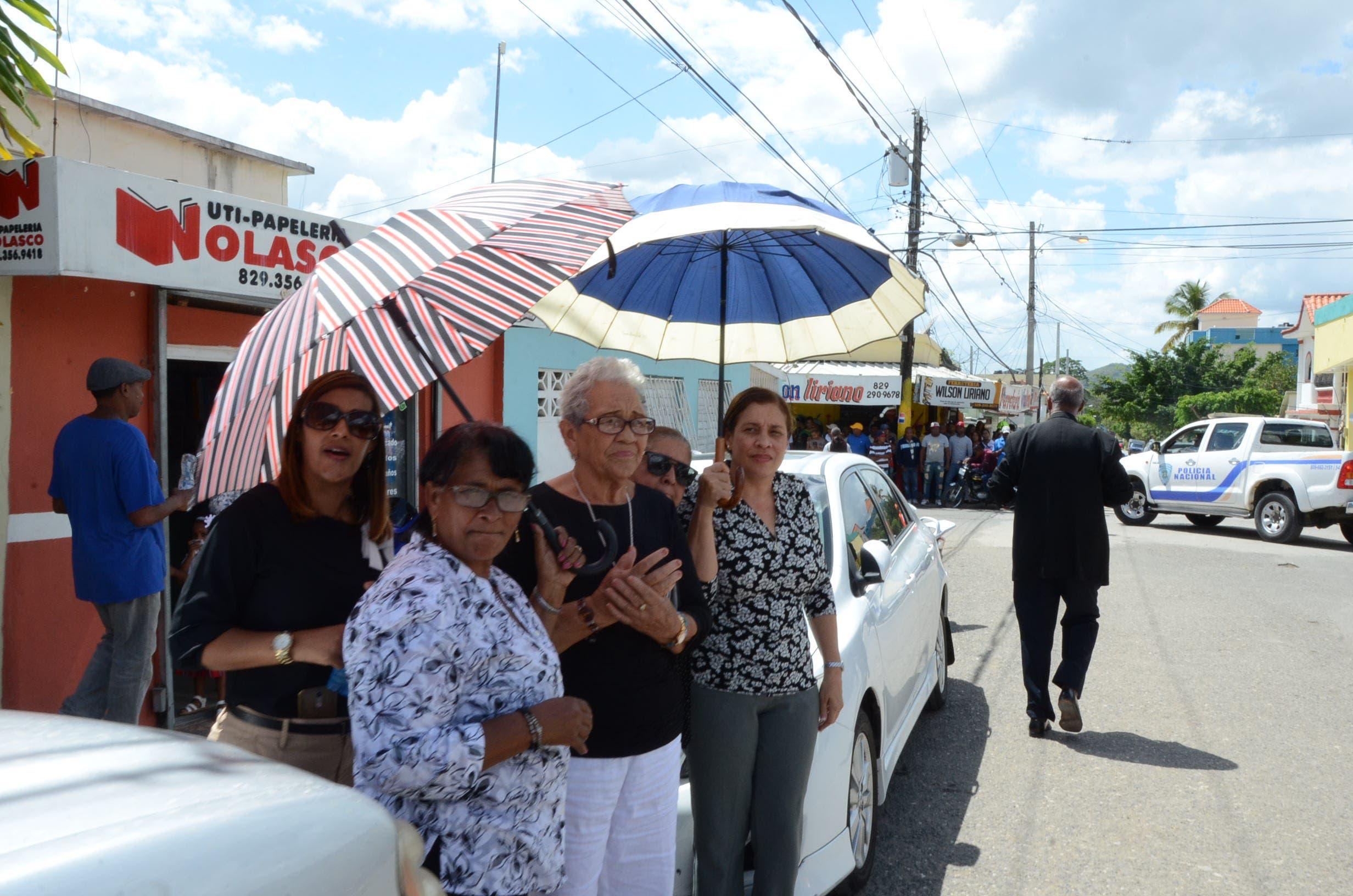 8. La gente se mantuvo de pie en las calles y frente a sus hogares viendo pasar el carro fúnebre.
