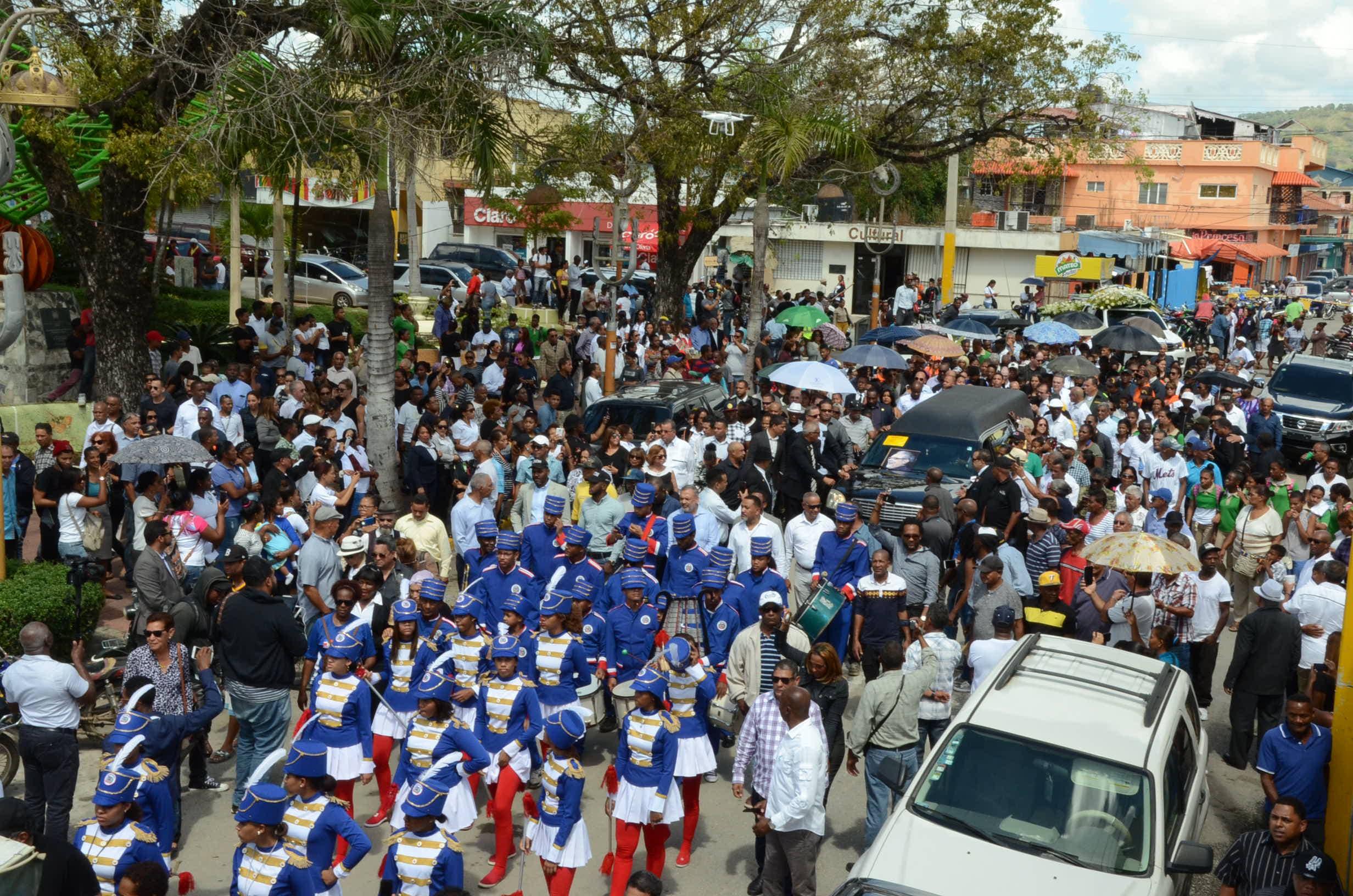 2. Miles de personas acudieron a darle el último adiós a Ríos.
