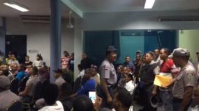 Decenas de agentes de la Policía fueron hoy hasta el mismo palacio de la institución a reclamar ser ascendidos de rango.