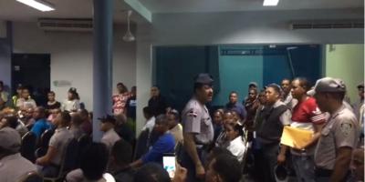 Los agentes fueron reprendidos por el coronel  encargado de la seguridad de la institución y les ordenó que se retiraran a sus respectivas instituciones.