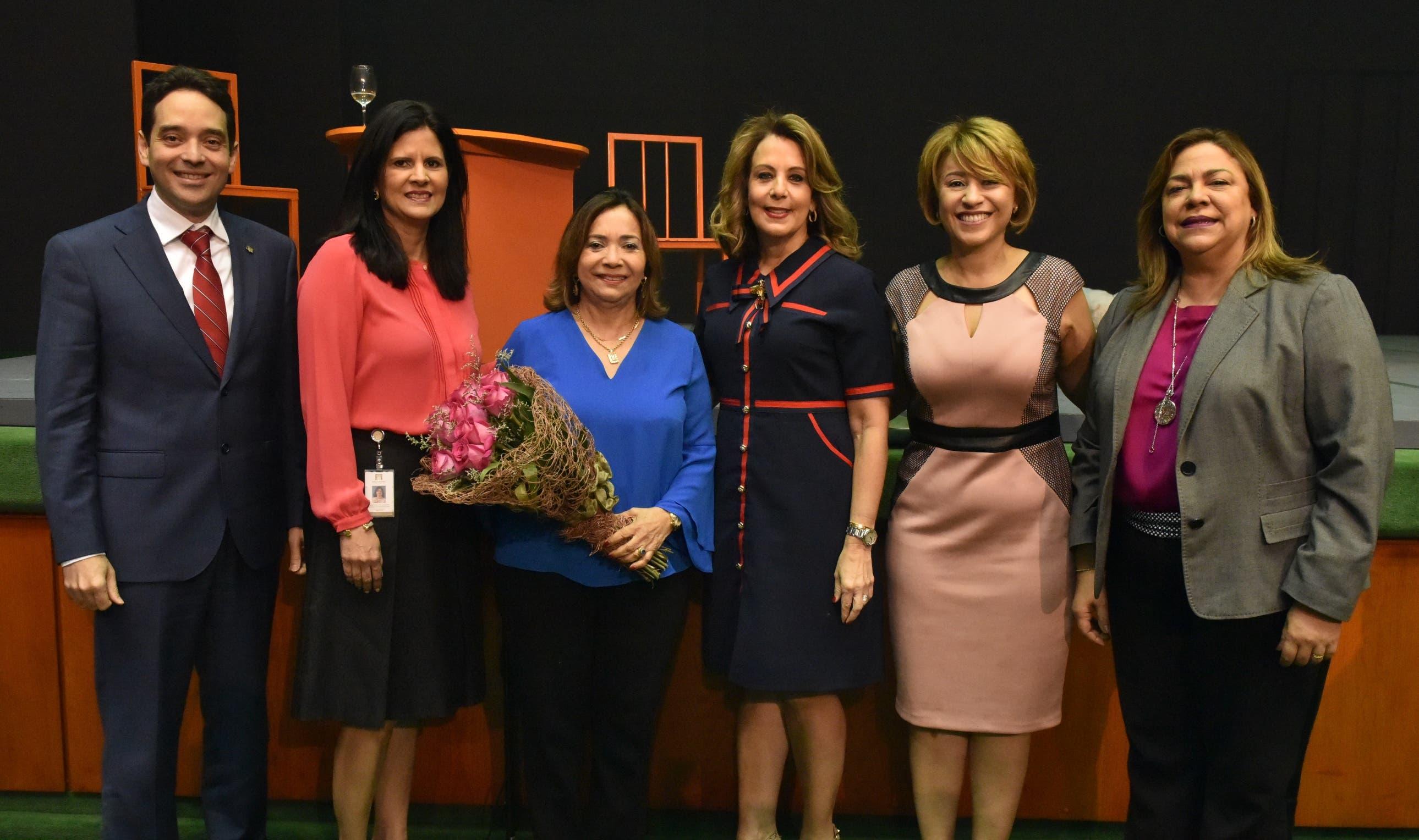 Riccio Hermina, Carolina Ramos, Olga Díaz, Clarissa de la Rocha, Rosanna Ruíz y Sarah Hernández.