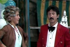 Abraham Stavans  junto a Florinda Mesa en una escena de El Chavo del 8.