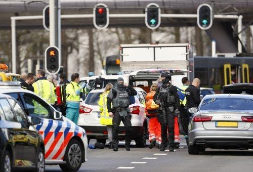 """El ataque ocurrió en Utrecht, un pueblo en el centro de Holanda donde el alcalde, Jan van Zanen, ofreció la más reciente cifra de víctimas y aseguró que lo más probable es que se haya tratado de un """"ataque terrorista""""."""