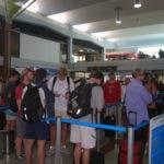 Cientos de personas han quedado varadas en el aeropuerto Las Américas producto de la medida.