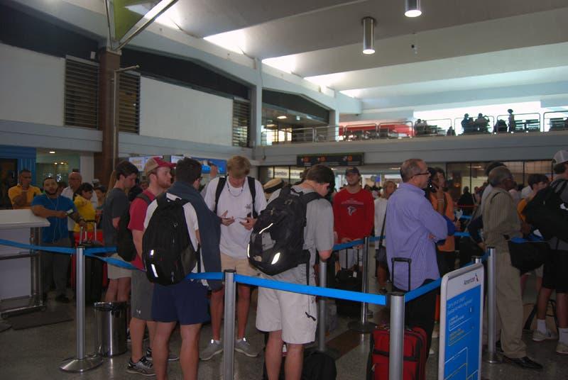 Pasajeros protestan por retraso de vuelos tras falla eléctrica en el AILA