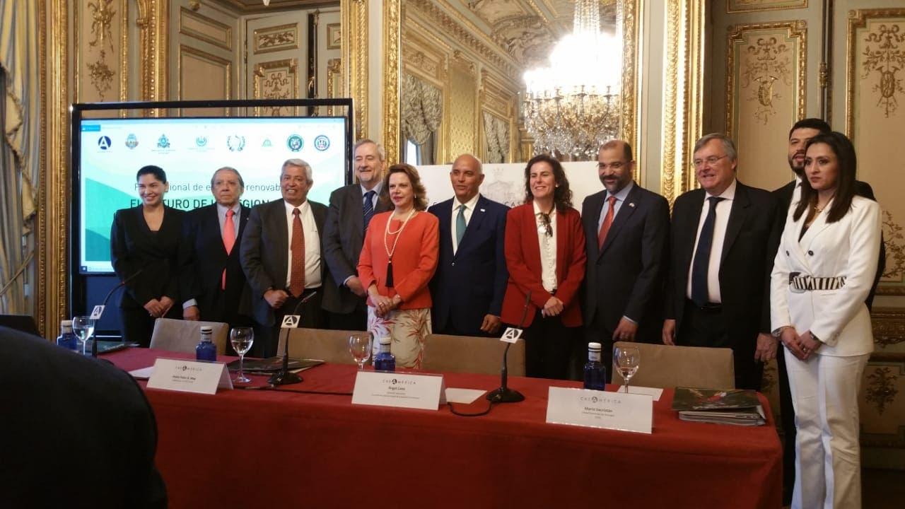 Angel Canó, junto a María Jesús Martín, directora  general de Política Energética y Minas de España  y el embajador dominicano en España, Olivo Rodríguez Huertas.