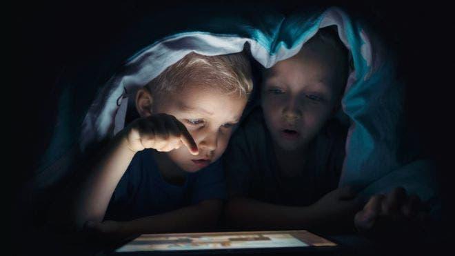 ¿Es mejor educar y negociar, o usar la tecnología para evitar que tu hijo vea cierto contenido en la red?
