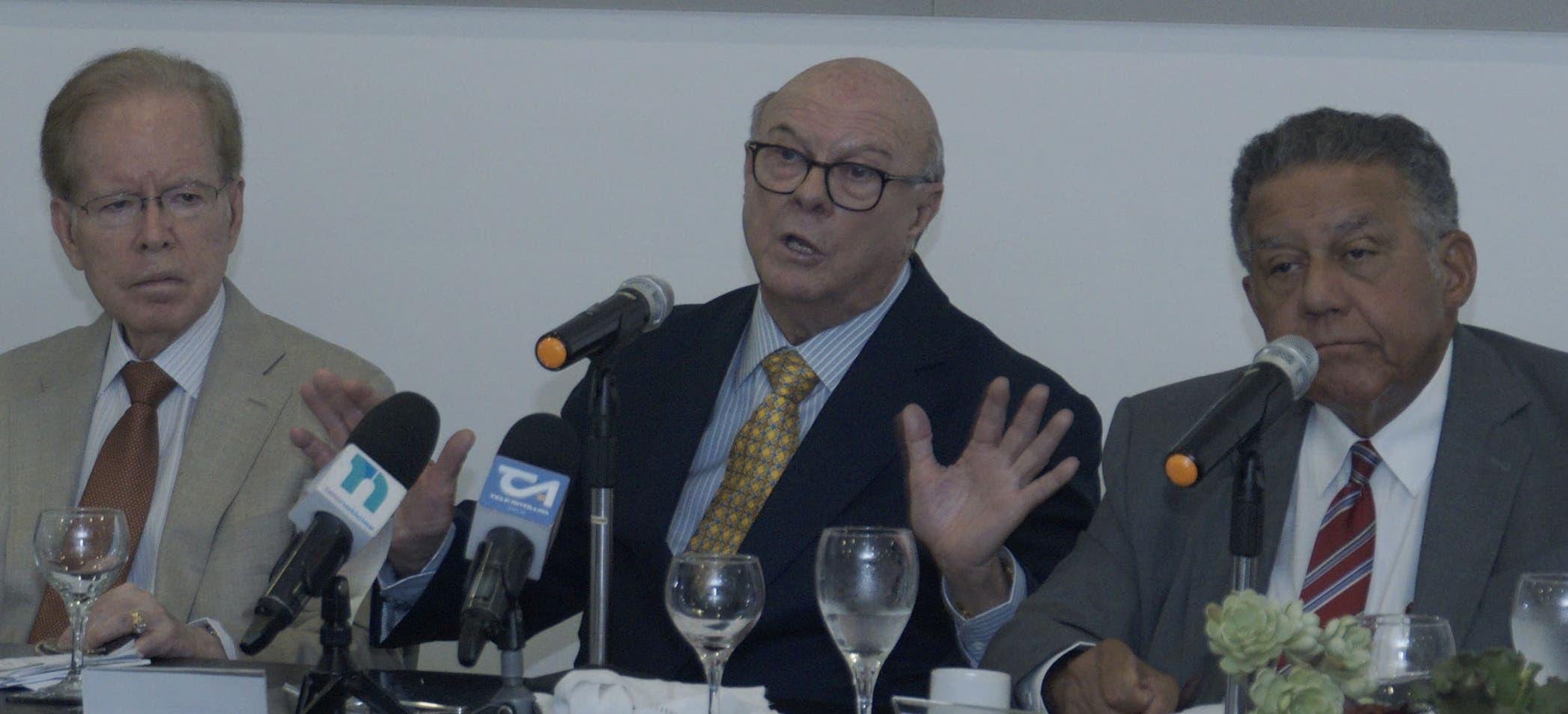 Invitado al almuerzo del Hipólito Mejía   da detalles de lo que  será su programa de gobierno en caso de ganar las elecciones. Escuchan  José Luis Corripio Estrada y Juan  Bolívar Díaz.