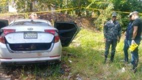 Vehículo donde fueron encontrados los cadáveres de los tres jóvenes  mientras era inspeccionado por la Policía.