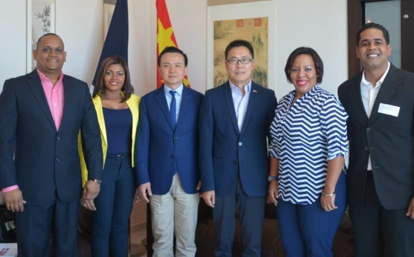 Embajador Zhang Run junto a un grupo de jóvenes en el país.