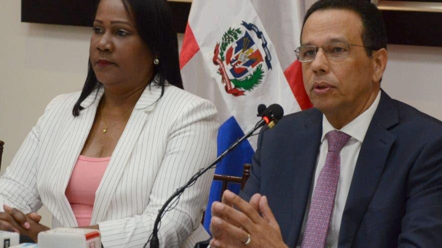 Xiomara Guante, presidenta de la ADP, y el ministro de Educación, Antonio Peña Mirabal.